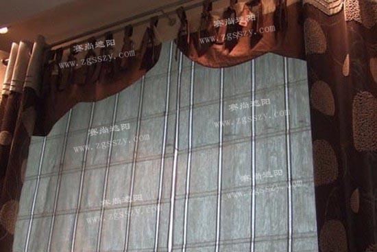 在现代中式装修中,很多人只强调家具和风格给居室带来的作用,却往往忽视了窗帘也能起到不可磨灭的效果!一个古风古色的窗帘不仅可以装饰居室,还能提升家庭的整体艺术氛围。 中式窗帘种类繁多,不同的种类反映了主人不同的生活态度。下面就请跟随天津赛尚遮阳的视角一起来欣赏几款中式窗帘,领略窗帘给我们带来的无穷魅力。  图一:中式窗帘效果图赏析1 【赛尚视角】此款窗帘布艺图片则是采用印花布制作而成,窗帘的大红花设计加上室内大红色的设计整体极富渲染力,你第一眼看上这种窗帘一定会对它爱不释手的。  图二:中式窗帘效果图赏析2