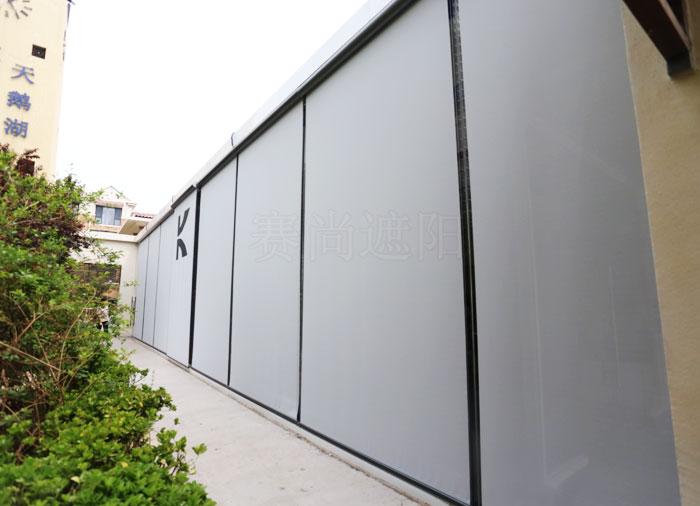 建筑立面玻璃窗应用户外防风卷帘实景图