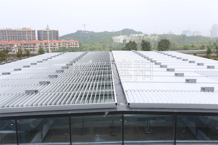 建筑玻璃顶部外亚博体育苹果下载活动百叶应用实景图